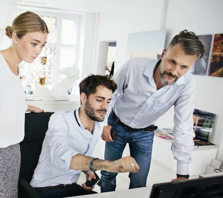 Grupo de personas ante un ordenador contempla los resultados de una Investigación de mercado realizada por Medicalta - marketing sanitario para clínicas y clínicas dentales.