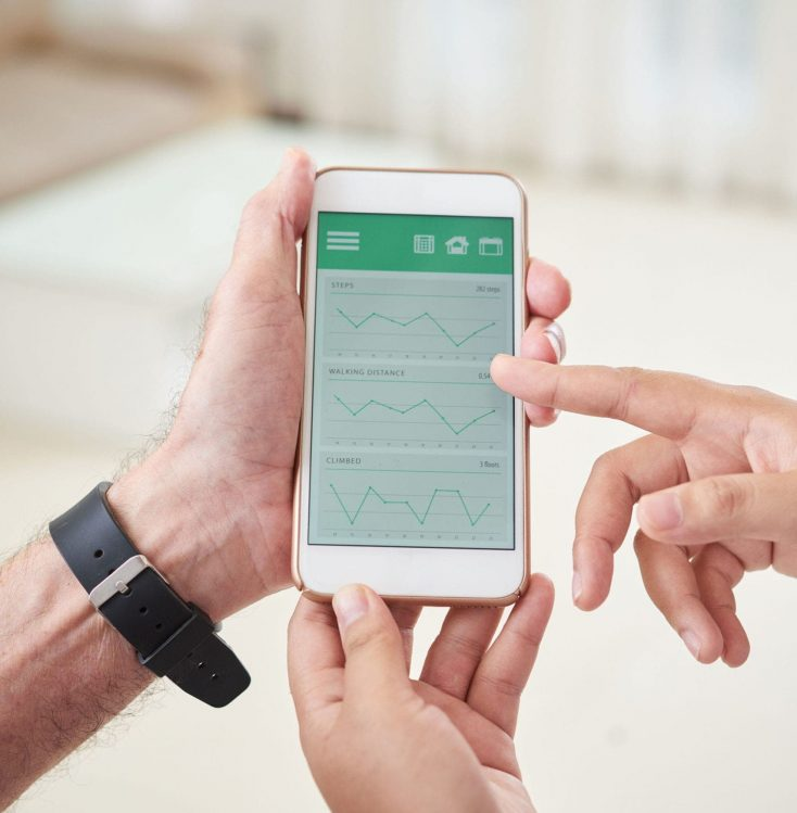 En la pantalla de un teléfono móvil se ve el panel de control de una aplicación de monitoreo y control de un paciente de una clínica gracias a un plan de protección de la reputación digital de Medicalta, marketing sanitario para clínicas y clínicas dentales.